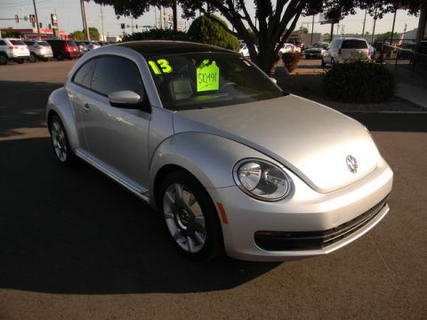 Pre-Owned 2013 Volkswagen Beetle 2dr Auto 2.5L w/Sun/Sound/Nav